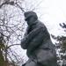 Még a szobor is fázik ebben a hidegben..